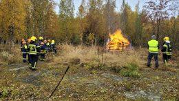 Kuivaniemen palokuntanuorilla oli harvinainen harjoitus lauantaina, kun Pankinnokalla poltettiin vanha halkovaja. (Kuva: Juho-Jussi Heinäaho)
