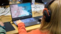 Pelipakusta löytyy 12 peliläppäriä, joilla nuoret saavat pelata. Pelaamisen ohessa oppii vuorovaikutustaitoja ja tiimityöskentelyä.