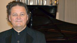 Pianotaiteilija Jouni Somero kertoo konsertissaan Iissä myös sävellysten taustoista.