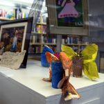 Näyttelyssä on rinnakkain valokuvataidetta, lasten tekemiä maalauksia ja askartelutöitä.