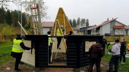 Yhteistöllisyyskota nousemassa Länsituulen päiväkodin pihan itä-etelä kulmaukseen. Taustalla Länsituulen asuinaluetta.