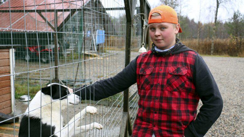 Neljätoistavuotiaan Otso Kyllösen mielestä luonnossa liikkuminen, metsästys ja kalastus ovat parhaita harrastuksia. Vaikka saalis ei hänen mielestään olekaan tärkeintä, tuntuu ensimmäinen hirvenkaato toissa sunnuntaina mukavalta. Mukana metsällä olivat myös karjalankarhukoirat Tiki ja Kata.