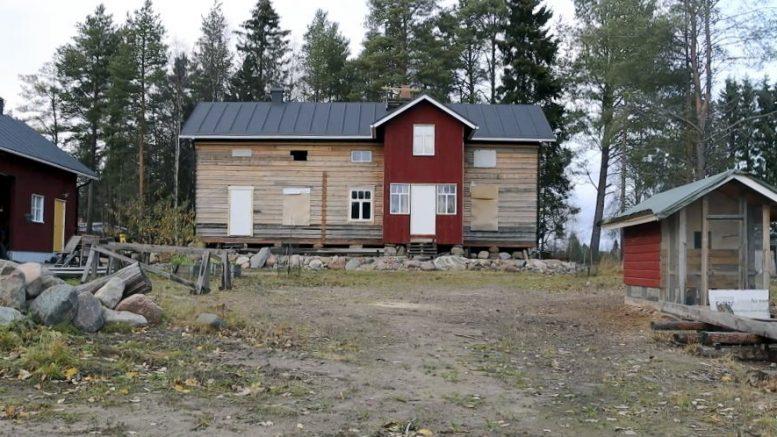 Timo Kortetjärvi aikoo rakentaa kotinsa ympärille vanhantyylisen pihapiirin.