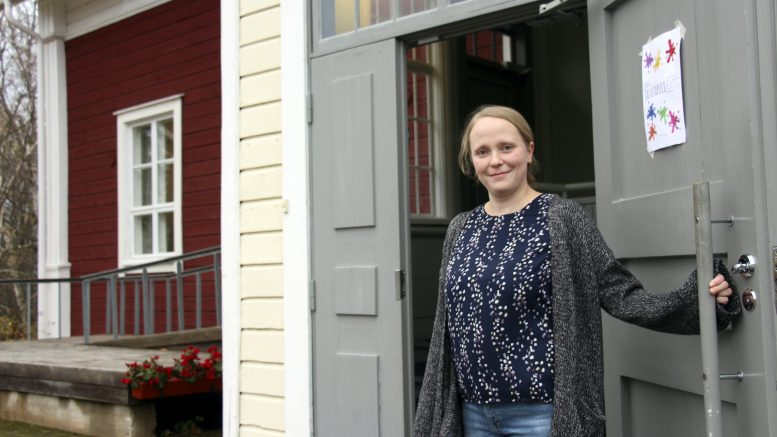 TalviTapuli on avoinna kaiken ikäisille torstaisin. Kati Karp avaamassa ovea tulijoille.