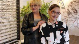 Stylisti Hanna Loutesalmi (vas.) ja Optikko Duon yrittäjä Katja Luhtanen haluavat kannustaa ja rohkaista oman tyylin löytämiseen.