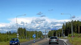 Kansanedustaja Pekka Aittakumpu vaatii Kuusamontien liittämistä pääväyläverkkoon. Valtatie 20 eli Kuusamontie taas on ainoa maaväylä, jota matkailijat ja rahtiliikenne käyttävät välillä Kuusamo-Oulu. (Arkistokuva:Milja Mustonen)