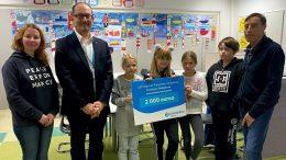 Kiimingin-Jäälin vesienhoitoyhdistys sai 2 000 euron lahjoituksen monimuotoisen lähiluonnon ylläpitämiseen ja edistämiseen. LähiTapiola Pohjoisesta luovutuksessa oli paikalla liiketoimintajohtaja Markus Seppänen (toinen vasemmalta) ja vesienhoitoyhdistyksestä puheenjohtaja Eero Laine (oikealla). Yhdistyksen kumppania, Jäälin koulua edustivat Sanna Alalauri ja neljä oppilasta. (Kuva: LähiTapiola)