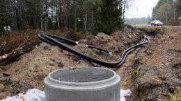 Uutta kaukolämpöverkostoa ei ole vielä yhdistetty vanhaan verkostoon, eikä kaivantoa ei voida peittää ennen verkon paineistusta.