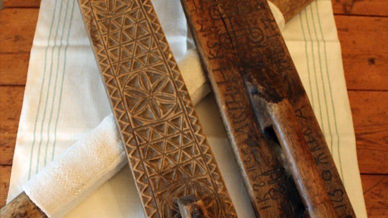 Kaulauslautaa ja -tukkia on käytetty ennen mankelin yleistymistä pellavaisten ja puuvillaisten liinavaatteiden silittämiseen. (Kuva: Eino Mikkonen)