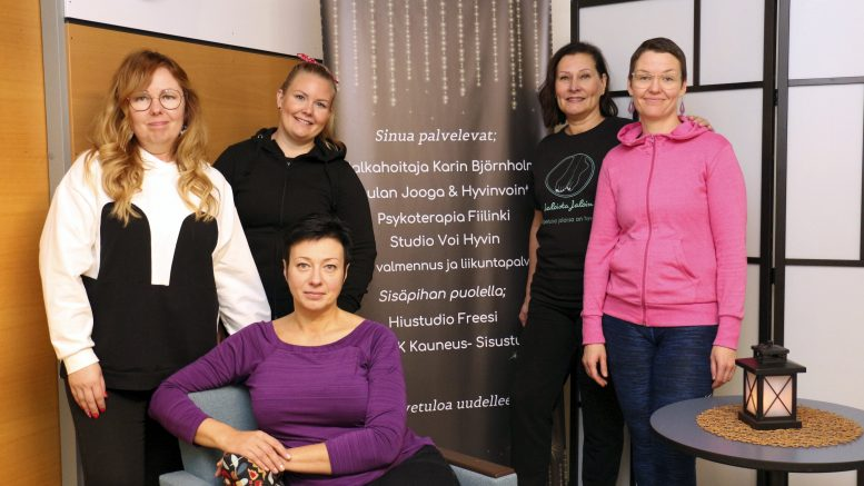 Virpi Keränen (vasemmalta), Satu Kaisto, Liisa Pakanen, Karin Björnholm ja Paula Harju (edessä) ovat hyvillään, että ovat saaneet Kauneus- ja hyvinvointitalon myötä työyhteisön.