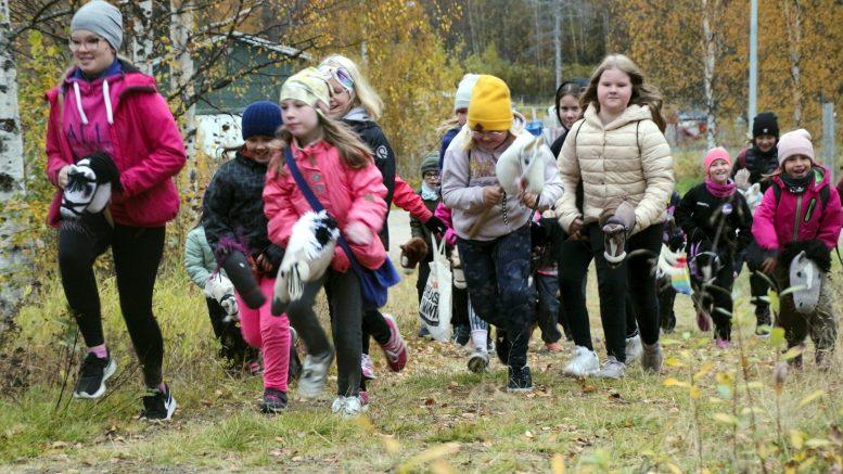 Kerhon ohjaaja Iida-Liisa Siivola (vasemmalla) johdatti KKP:n kepparikerholaiset kohti yhteistä maastoratsastuslenkkiä. (Kuva: Teea Tunturi)