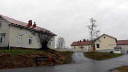 Ryhmäperhepäiväkoti Tenavatupa toimii kuvassa vasemmalla olevassa vanhassa Olhavan kansakoulussa. Oikealla oleva nykyinen koulurakennus rakennettiin vuonna 1954.