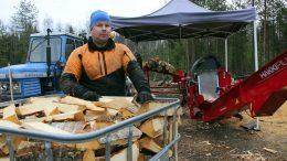 Marko Hand rakensi lämminilmakuivaamon, jolla polttopuut saa kuivaksi muutamassa päivässä vuodenajasta riippumatta. Kuivaamon avulla polttopuutyöt jakautuvat tasaisemmin vuodenkiertoon. (Kuva: Teea Tunturi)