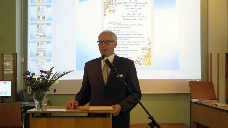 Pohjois-Pohjanmaan kirjoittajien puheenjohtaja, haukiputaalainen Taisto Tammela korosti avajaispuheessaan kirjoittajien merkitystä rikkaan suomen kielen jatkajina.