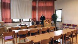 Kempeleläinen Esa Kälkäjä omistaa Yli-Iin entisen kunnantalon sekä sen viereisen terveystalon. Valtuustosalia kalustaa nykyisin erään toisen entisen valtuustosalin pöydät. Salia on annettu veloituksetta järjestöjen käyttöön. Entisen kunnantalon vanhin, hirsinen osa toimii Esa Kälkäjän ja Anja Karvonen-Kälkäjän vapaa-ajanasuntona. (Kuva: Teea Tunturi)
