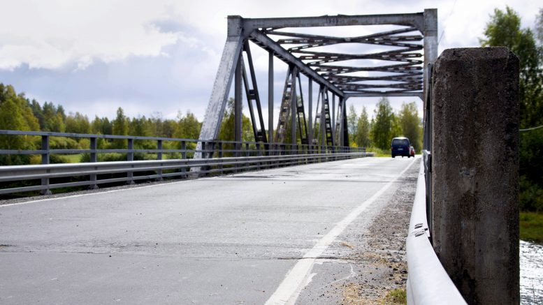 Aution silta on parhaillaan peruskorjauksessa Kiimingin Alakylässä. Sillan puukansi ja päällyste uusitaan. (Kuva: Terhi Ojala)